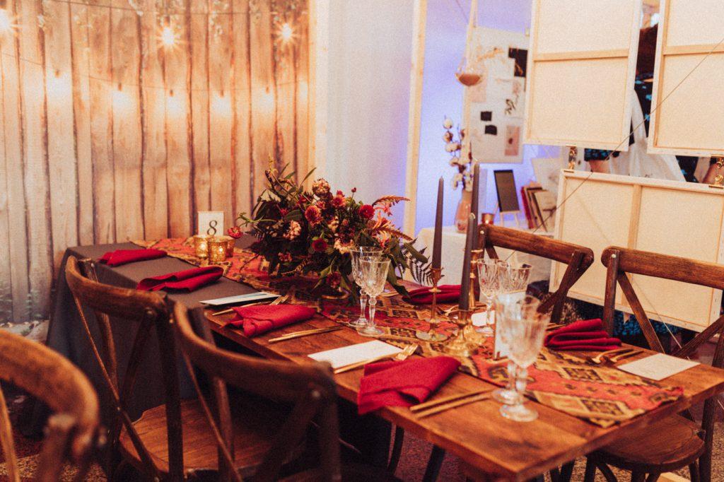 rote Tischdekoration für die Hochzeit
